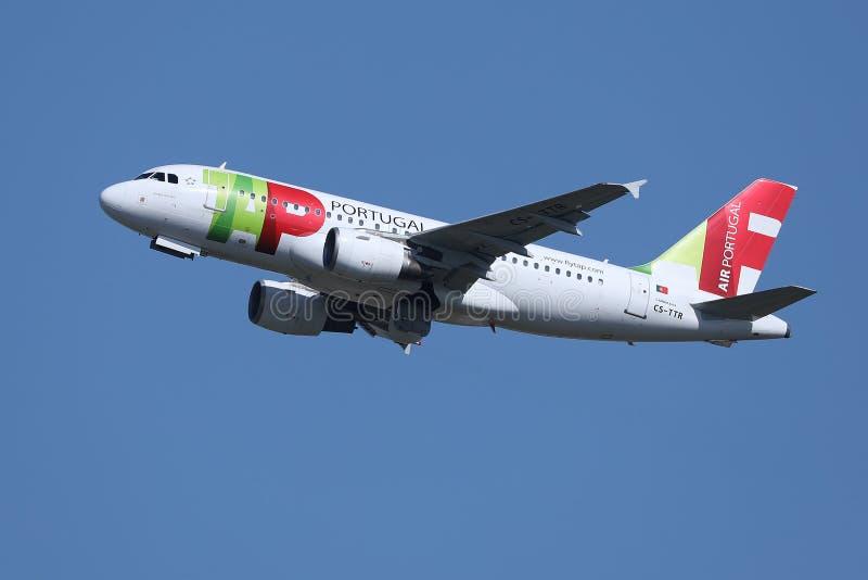 对异国目的地的轻拍葡萄牙航空平面飞行 图库摄影