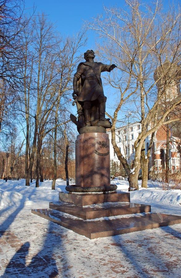 对彼得大帝的一座纪念碑首先在Izmailovo的银色海岛上 冬天城市风景 免版税库存图片