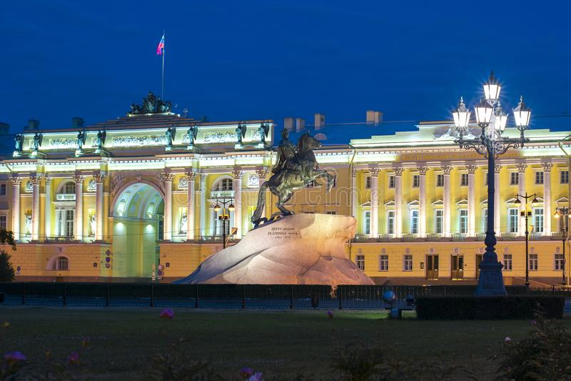 对彼得大帝的在参议院的纪念碑和立宪法院在晚上,圣彼得堡,俄罗斯摆正 图库摄影