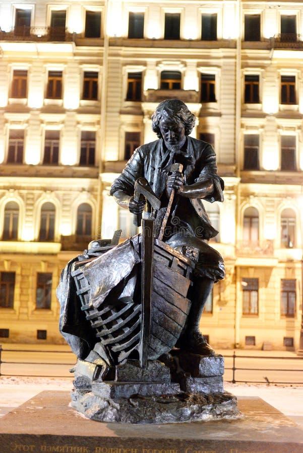 对彼得大帝的沙皇木匠纪念碑在晚上 库存照片