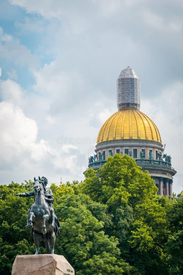 对彼得大帝的纪念碑圣以撒的大教堂的在背景中在圣彼德堡,俄罗斯 免版税库存照片