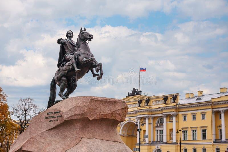 对彼得的纪念碑伟大在马背上在圣彼德堡在秋天 库存照片