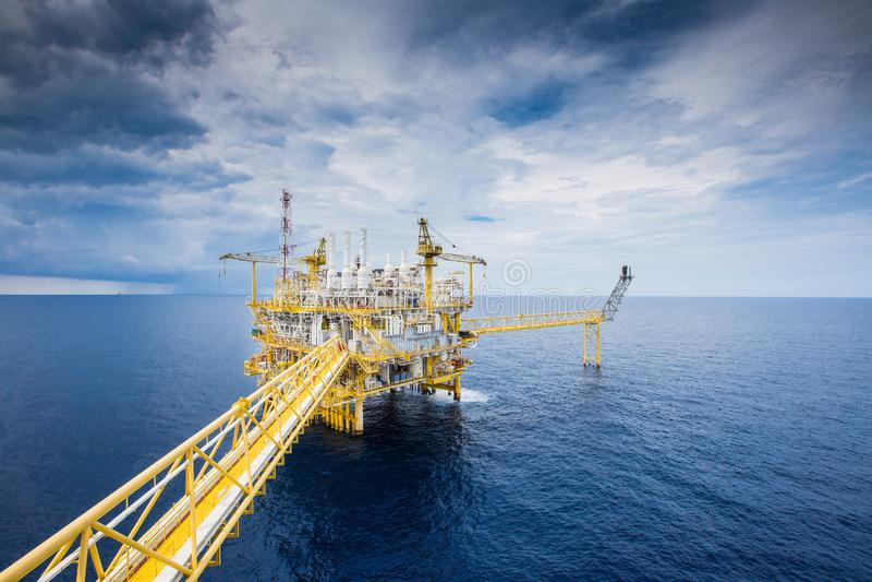 对待原料气体的近海油和煤气建筑平台和送到向着海岸的精炼厂、石油化学制品和发电p 图库摄影