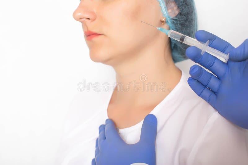 对待面部船现代非手术的方法与sclerotherapy射入,白色背景,医疗 图库摄影