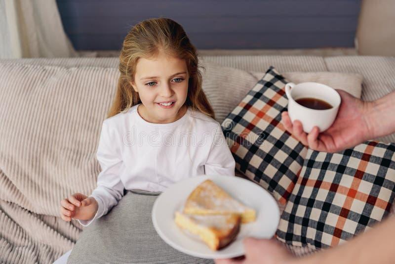 对待他的女儿的人由早餐 免版税库存图片
