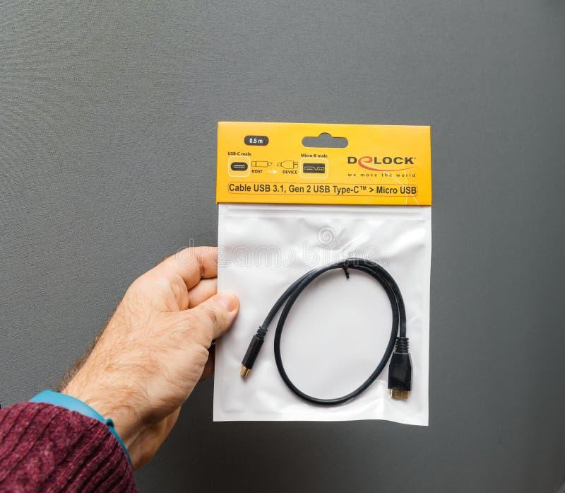 对微USB缆绳的USB-C苹果计算机膝上型计算机的 免版税库存照片