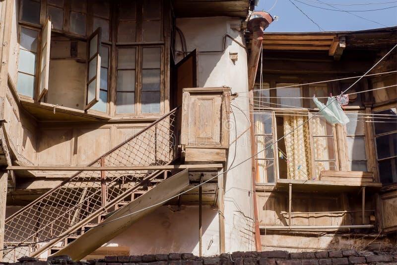 对恶劣的土气房子的台阶在历史市老第比利斯 免版税库存图片