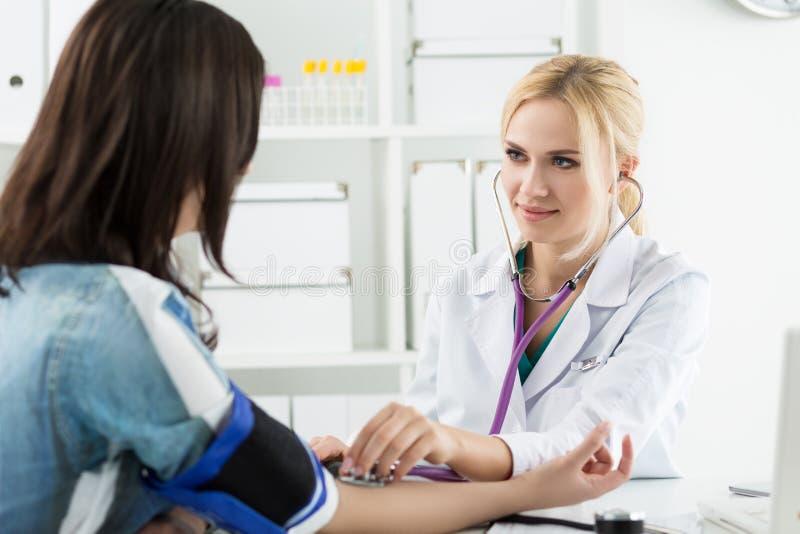 对患者的医学医生测量的血压 免版税库存图片