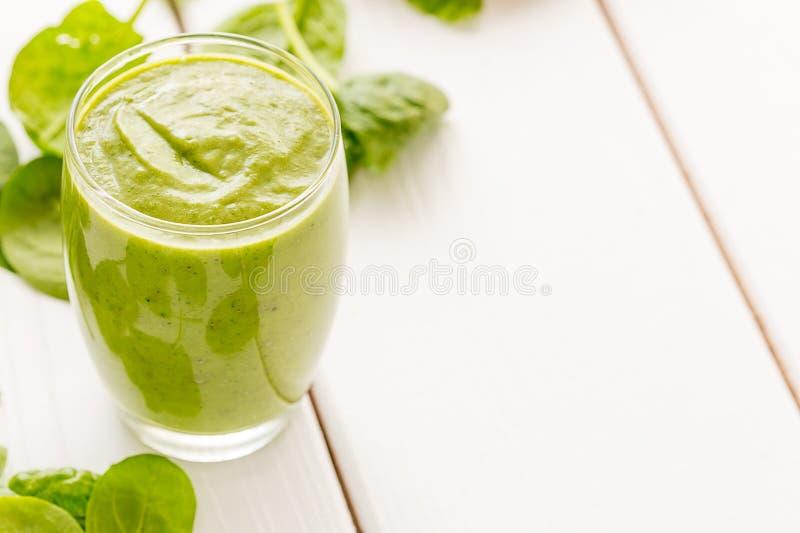 绝对惊人的鲜美绿色鲕梨震动或圆滑的人,做用新鲜的鲕梨、香蕉、柠檬汁和非牛奶店牛奶 免版税图库摄影