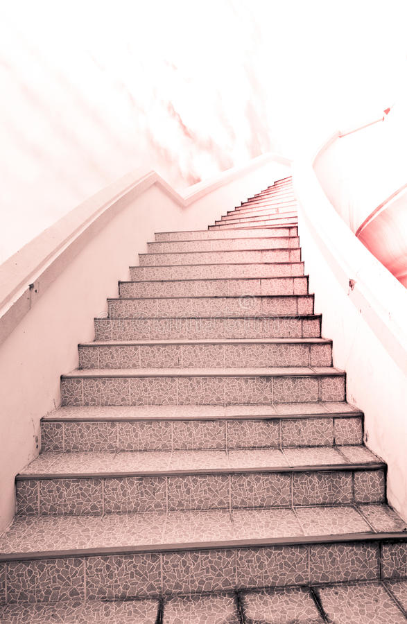 对成功的梯子:台阶和美丽的云彩和天空 免版税库存图片