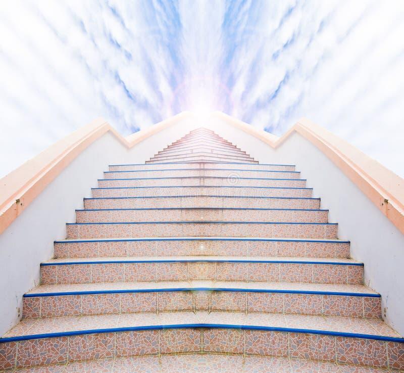 对成功的梯子:台阶和美丽的云彩和天空 库存照片