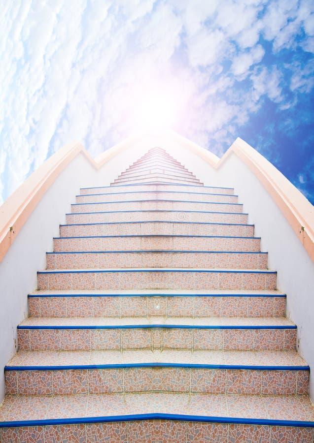 对成功的梯子:台阶和美丽的云彩和天空 免版税库存照片