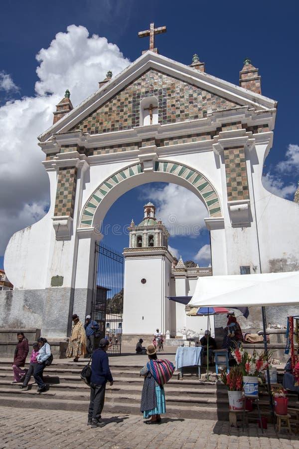 对我们的科帕卡巴纳的夫人大教堂天主教会的美丽的被成拱形的enterance在科帕卡巴纳在玻利维亚 免版税库存图片