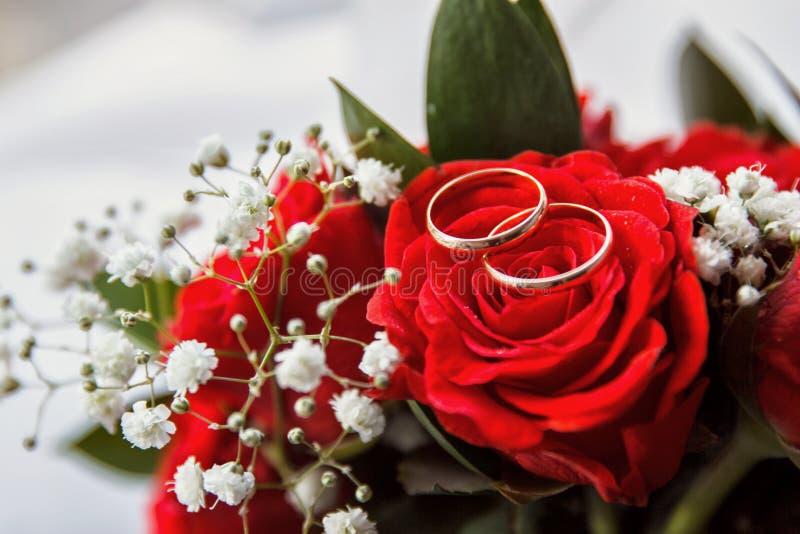 对或结婚戒指在花束花 库存图片