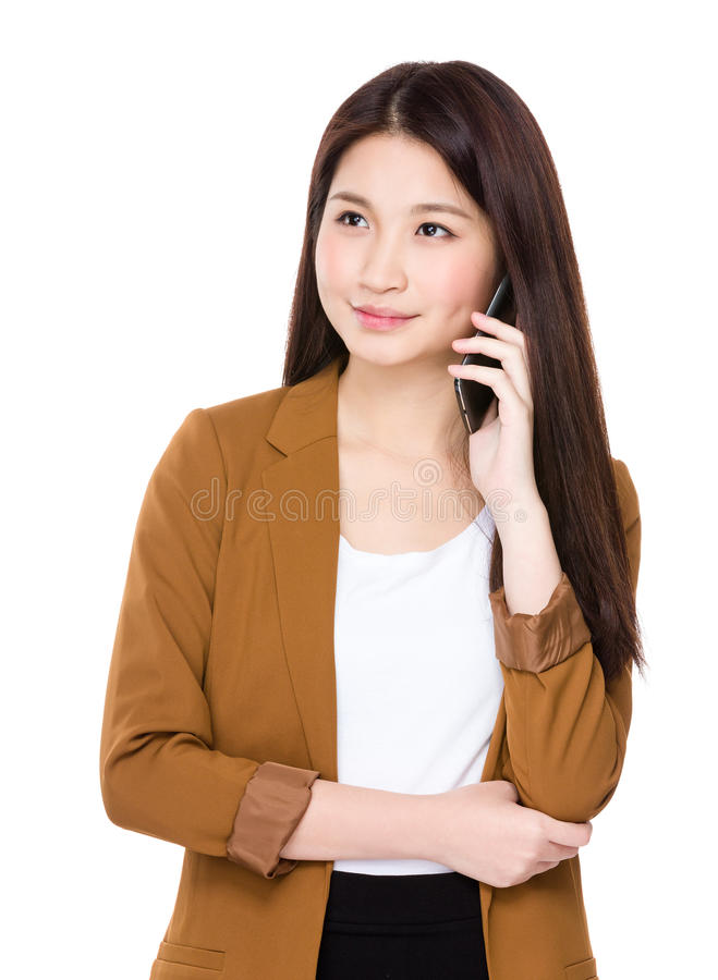 对手机的亚洲妇女谈话 免版税图库摄影