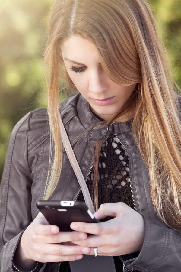 对手机的消息 免版税图库摄影
