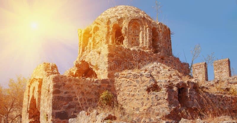 对拉丁句子的例证:因而通过世界Sic运输格洛里亚mundi的荣耀 中世纪寺庙废墟  免版税库存照片
