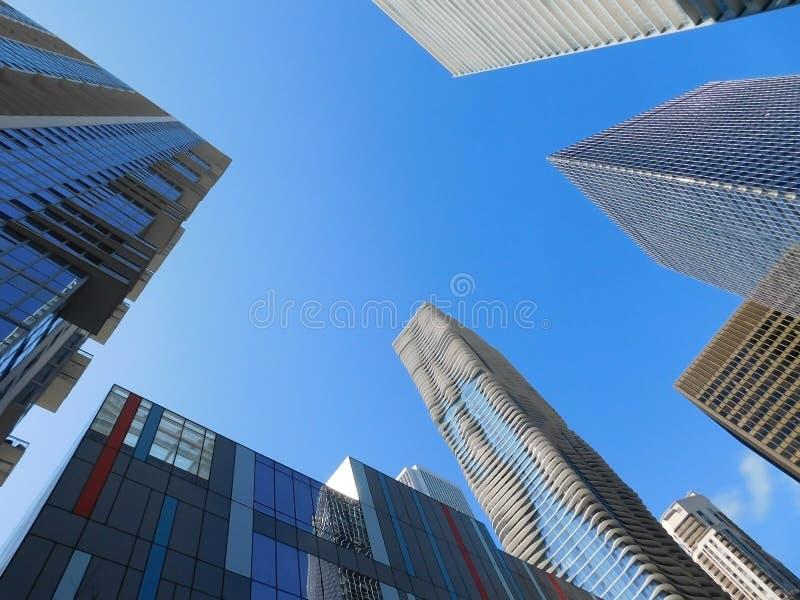 对摩天大楼围拢的天空的看法 库存图片