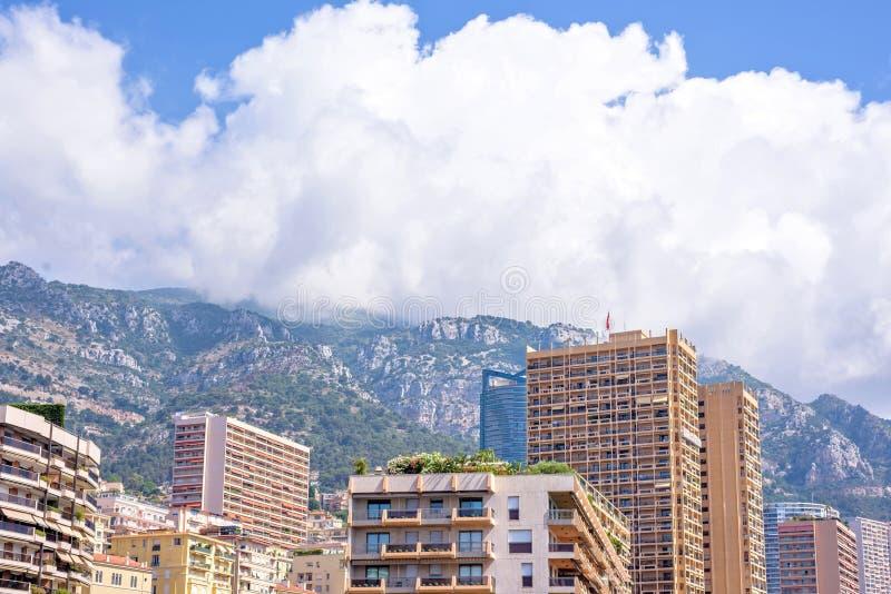 对摩纳哥的城市大厦、山和天空的白天视图 免版税库存图片