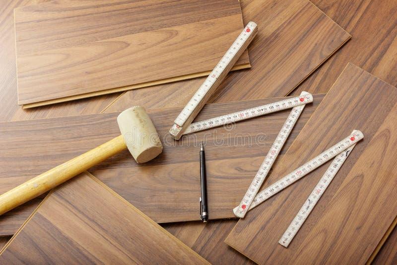 对放置层压制品的工具在木地板 库存照片