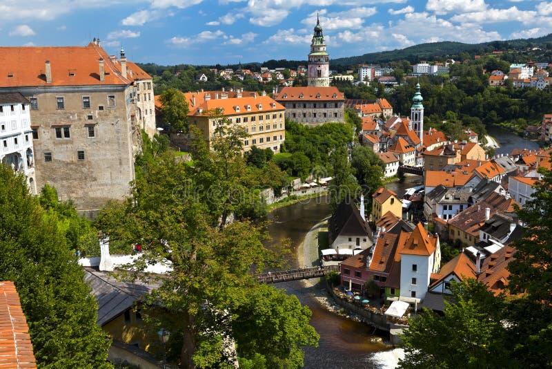 对教会和城堡的美丽的景色在捷克克鲁姆洛夫,捷克共和国 免版税库存图片