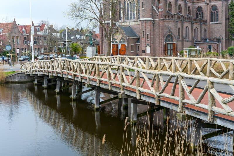 对教会,阿尔克马尔镇,荷兰,荷兰的桥梁 图库摄影