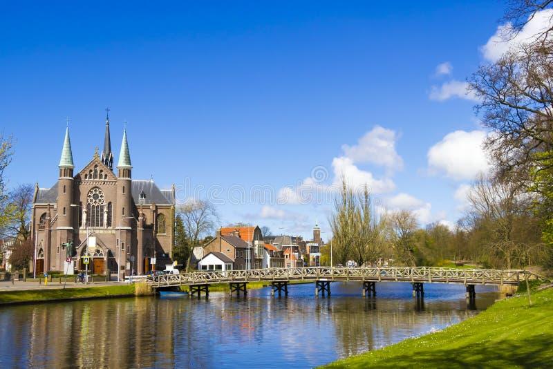 对教会,阿尔克马尔镇,荷兰,荷兰的桥梁 免版税库存照片