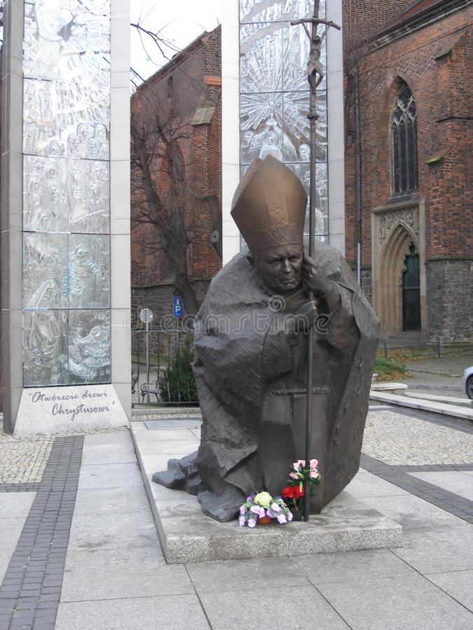 对教皇约翰・保罗二世的纪念碑在大教堂附近的正方形的在希维德尼察,波兰镇  库存图片