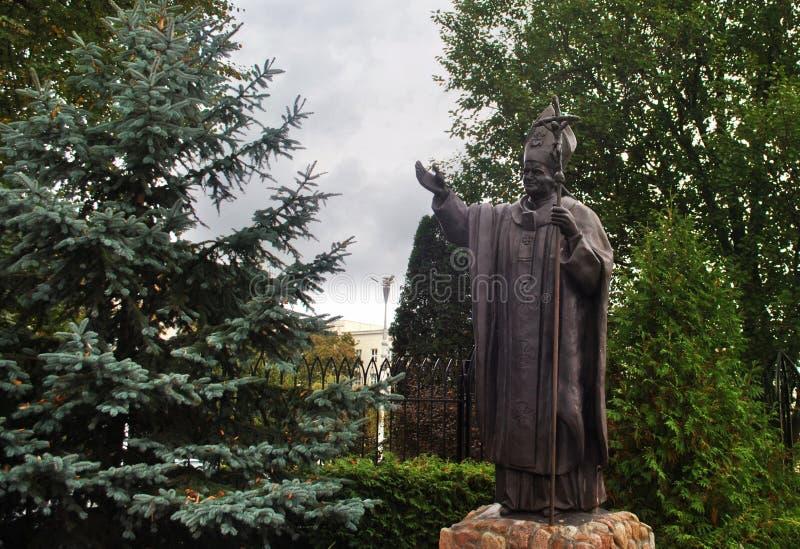 对教皇约翰・保罗二世的纪念碑在绿色树中位于 免版税库存图片