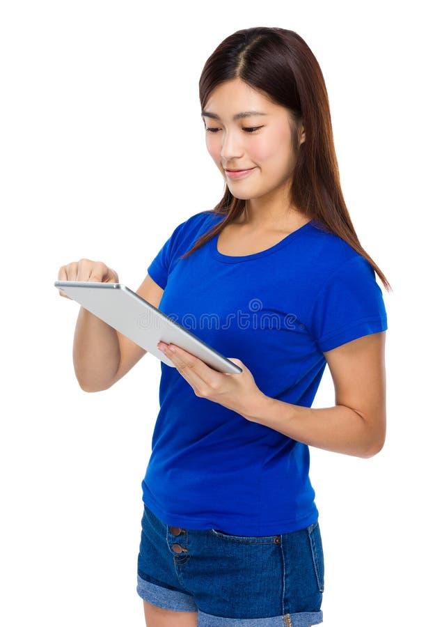 对数字式片剂的妇女用途 免版税库存图片