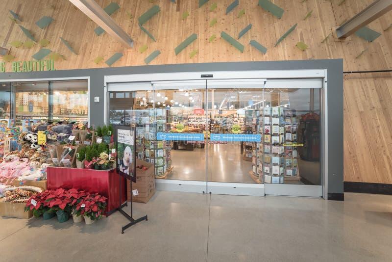 对整个食物高级杂货店的入口有亚马逊的头等i 免版税图库摄影