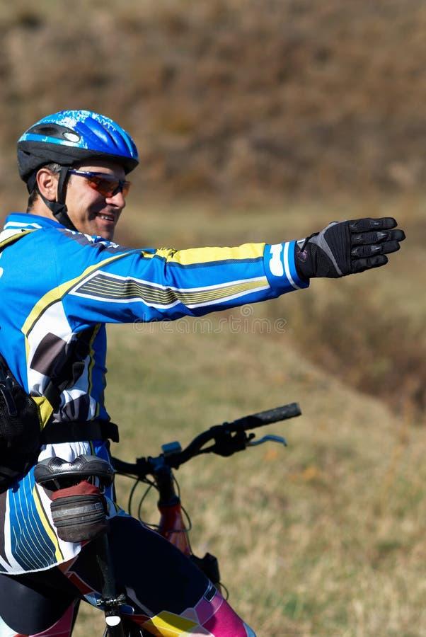 对方式的骑自行车的人显示 免版税库存照片