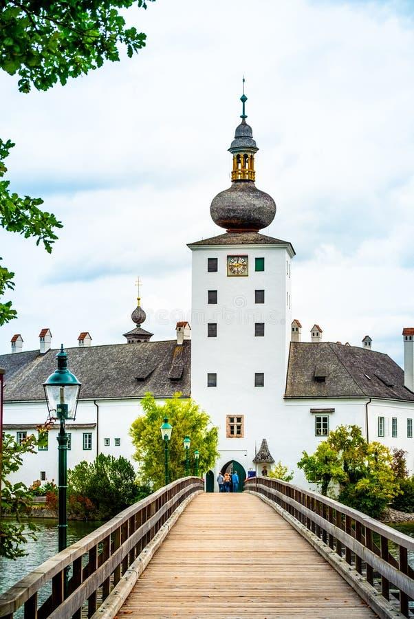 对施洛斯Ort城堡的木桥在格蒙登,奥地利 免版税图库摄影