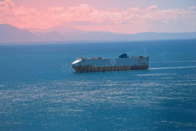 对日出的货船 库存图片