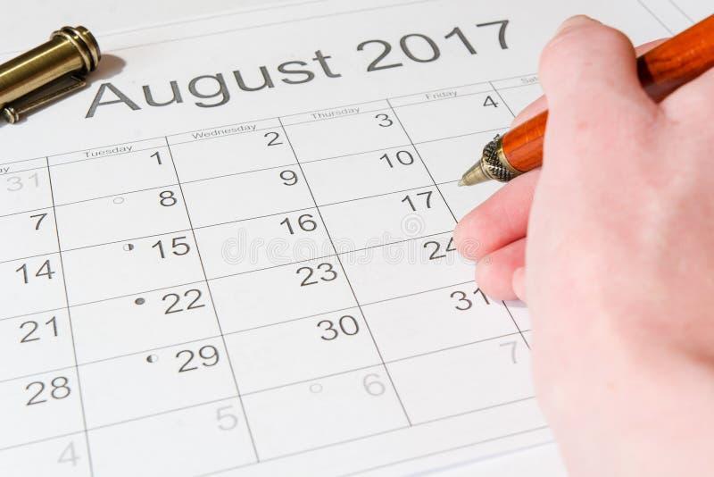 对日历8月的分析 免版税图库摄影