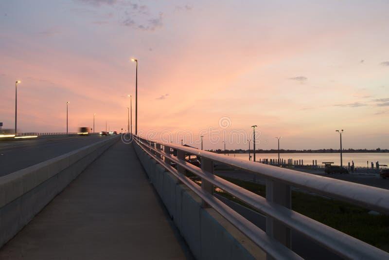 对日落的桥梁 免版税库存图片