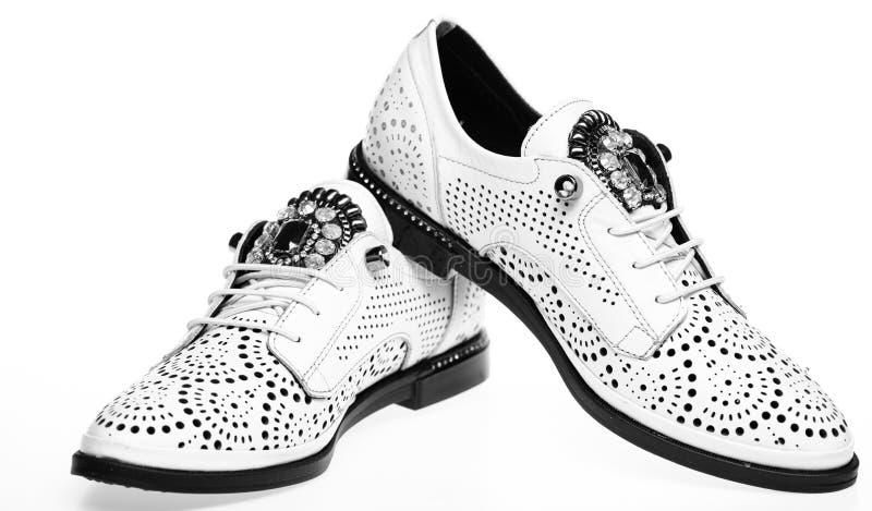对时兴的oxfords鞋子 现代鞋子概念 从白革做的鞋子在白色背景 库存图片