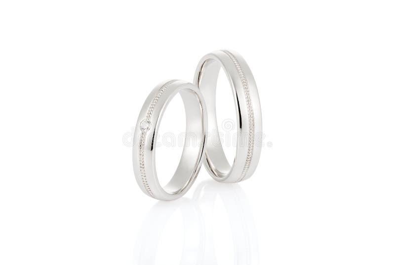 对有在白色隔绝的金刚石的人造白金结婚戒指 库存图片