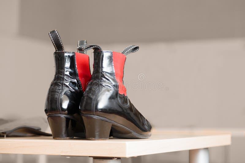 对有红色口音的黑皮靴 库存照片