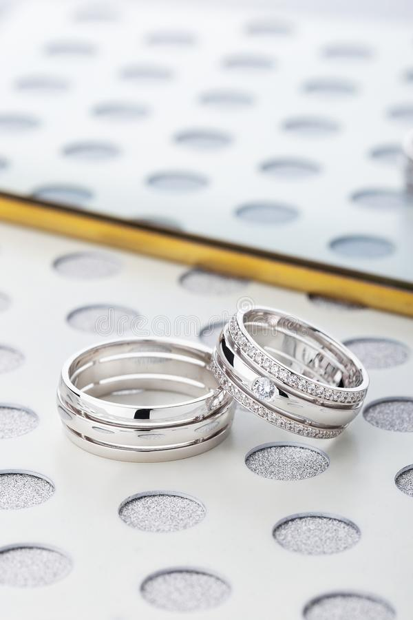 对有金刚石的银色结婚戒指在女性ringn 库存照片