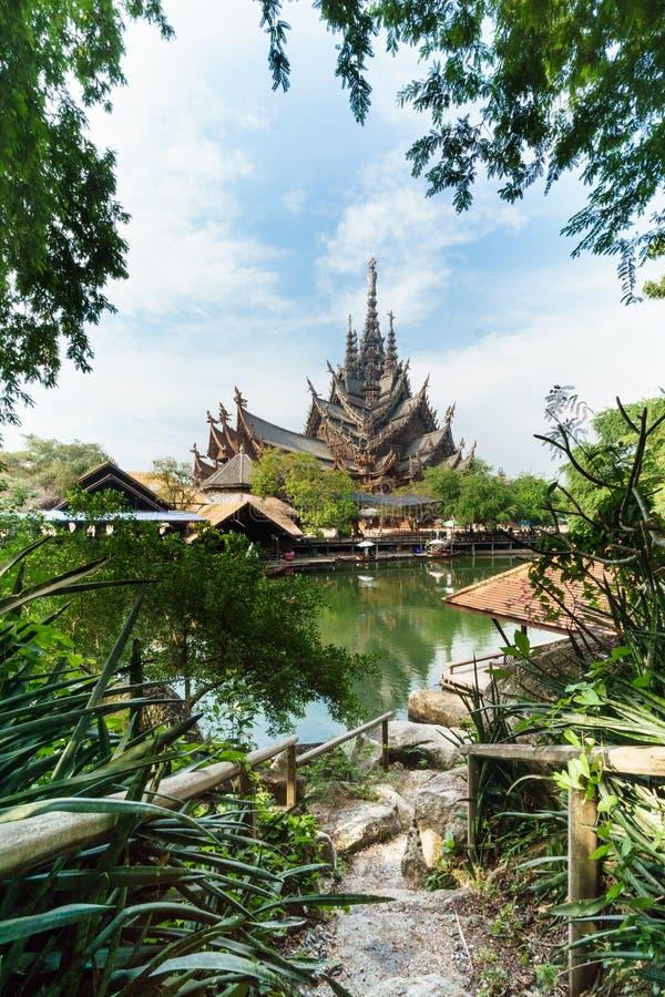 对木寺庙的走道 库存照片