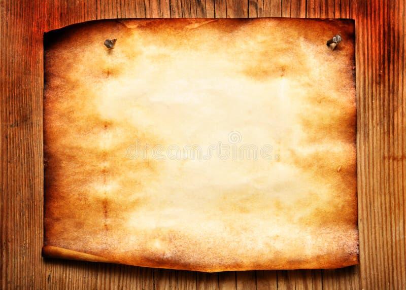 对木的墙壁的附加的老纸张 免版税库存照片