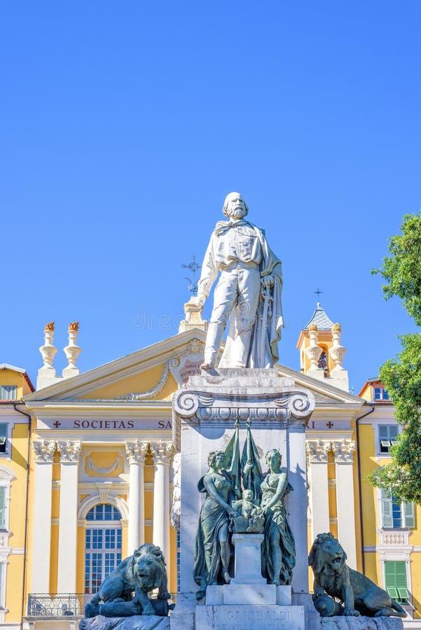 对朱塞佩・加里波底雕象的白天视图在博物馆前面 免版税库存照片