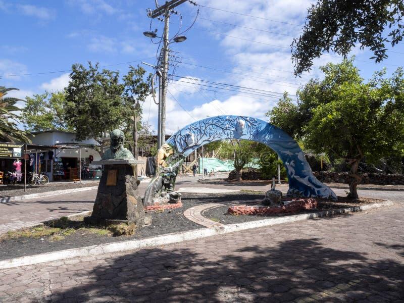 对查尔斯・达尔文,在餐馆前面的提供的活langusta,圣克鲁斯,加拉帕戈斯,厄瓜多尔的进贡 免版税库存图片