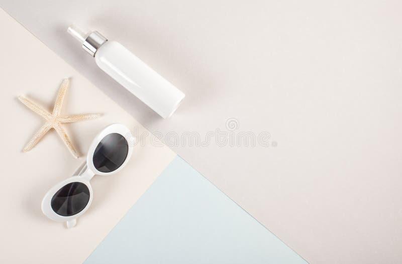 对根本夏天辅助部件太阳镜的顶视图和遮光剂大模型和贝壳 免版税库存照片