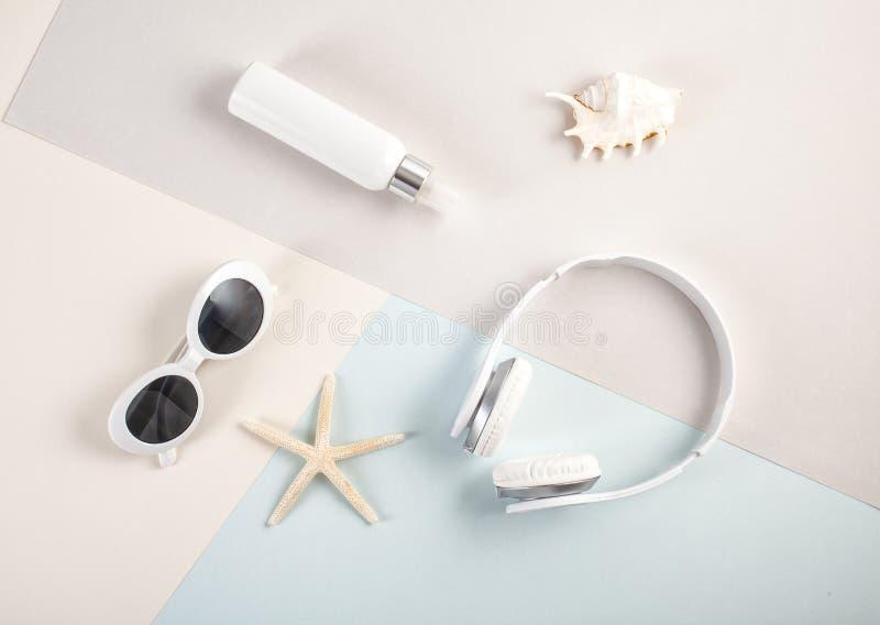对根本夏天辅助部件太阳镜,耳机a的顶视图 库存照片