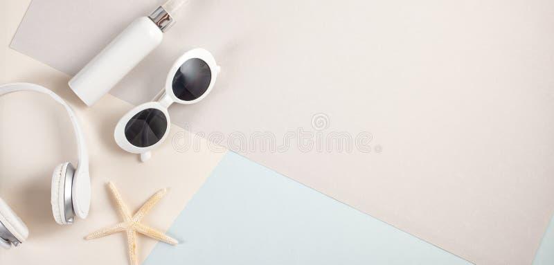 对根本夏天辅助部件太阳镜,耳机a的顶视图 库存图片