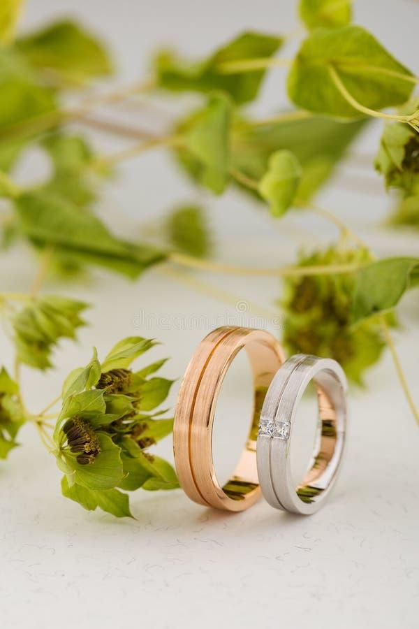 对桃红色金子和人造白金婚戒与表面无光泽的surfac 免版税库存图片