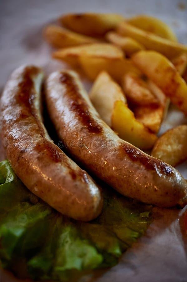 对桌的热诚,肥腻盘 啤酒 德国全国烹调 油煎的香肠用油煎的土豆和调味汁 库存图片