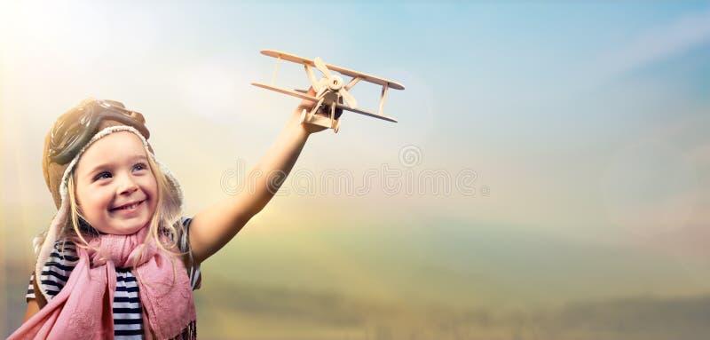 对梦想-使用与飞机的快乐的孩子的自由 免版税库存照片